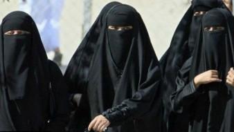 Para wanita Muslim berpakaian niqab (menutup seluruh tubuhnya kecuali mata)